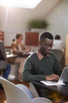 カフェで働く若いアフリカ系アメリカ人の男