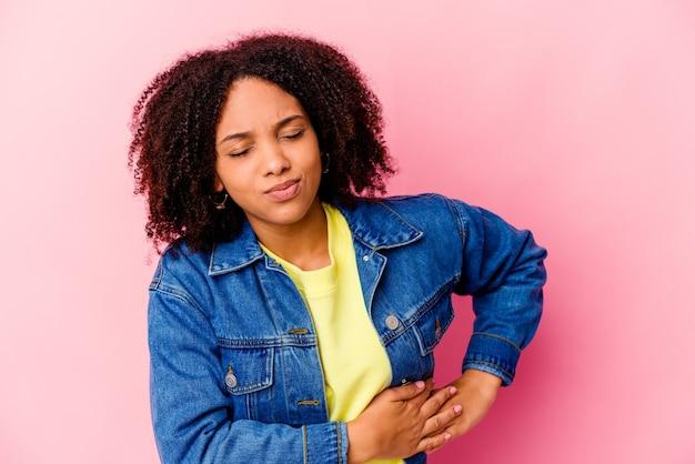 Молодая афро-американская женщина смешанной расы, имеющая боль в печени, боли в животе.