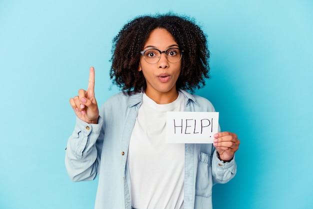 몇 가지 좋은 아이디어, 창의성의 개념을 갖는 도움말 종이 개념을 들고 젊은 아프리카 계 미국인 혼혈 여자.