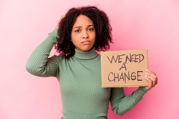 Молодая афроамериканская женщина смешанной расы, держащая вдохновляющий картон для сообщений, потрясена, она вспомнила важную встречу.