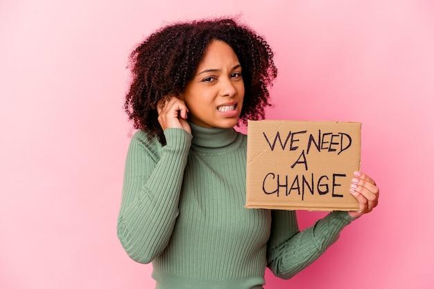 Молодая афро-американская женщина смешанной расы, держащая руками картонное покрытие вдохновляющих сообщений.