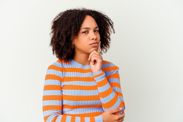 若いアフリカ系アメリカ人の混血の女性は、ビジネスの方法を考え、戦略を計画し、考えて孤立しました。