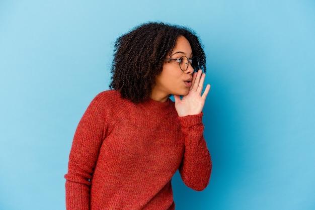 孤立した若いアフリカ系アメリカ人の混血の女性は秘密のホットブレーキのニュースを言って脇を見ています