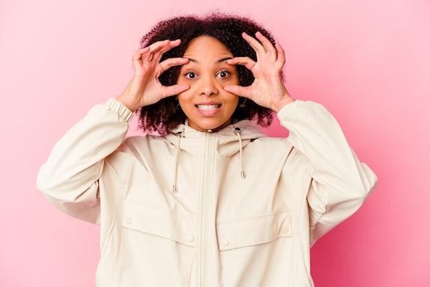 Молодая афро-американская женщина смешанной расы, открыв глаза, чтобы найти возможность успеха.
