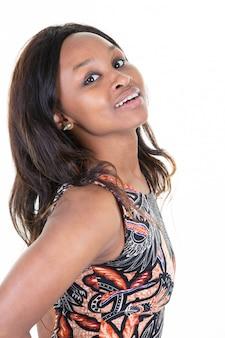 Молодая модель афроамериканца с длинными волосами на белом фоне