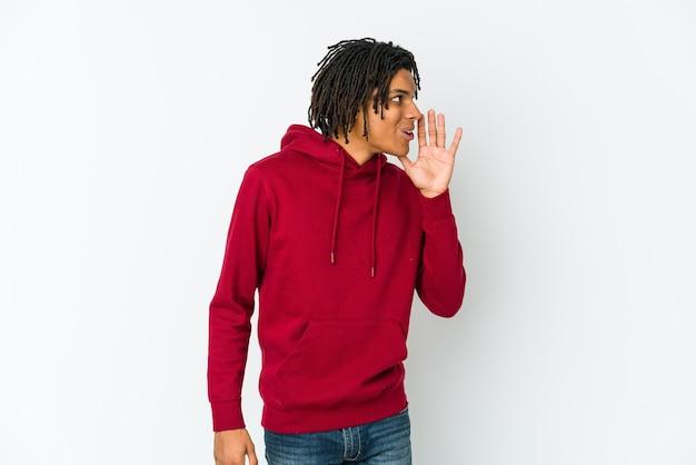 若いアフリカ系アメリカ人のラスター男が秘密のホットブレーキングニュースを言って、よそ見