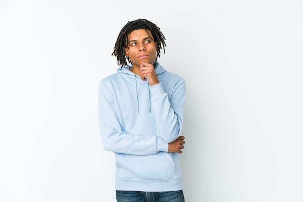 疑わしい懐疑的な表情で横向きの若いアフリカ系アメリカ人のラスタマン。