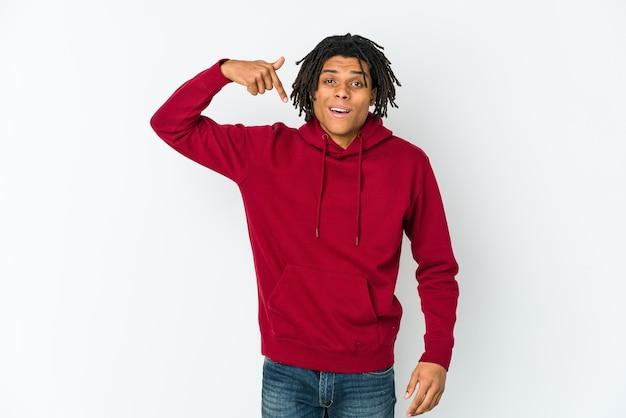 手でシャツを指している若いアフリカ系アメリカ人ラスター男