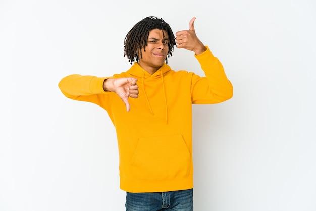 若いアフリカ系アメリカ人ラスター男親指と親指ダウンを示す、難しい選択の概念