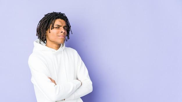 疑わしい若いアフリカ系アメリカ人のラスタ男