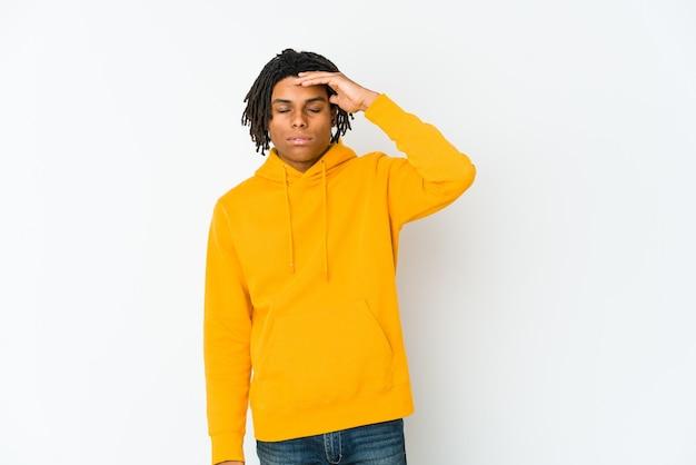 こめかみに触れて頭痛を持っている若いアフリカ系アメリカ人のラスタ男。