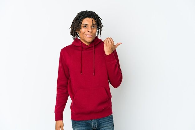 若いアフリカ系アメリカ人のラスタマンは、人差し指でコピースペースを指差してショックを受けました。