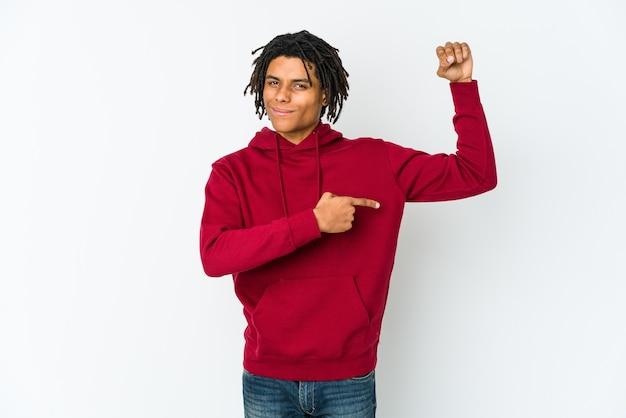 女性の力の象徴、腕で強さのジェスチャーを示す若いアフリカ系アメリカ人のラスタマン