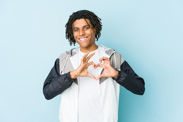 笑顔と手でハートの形を示す若いアフリカ系アメリカ人のスポーツ男。