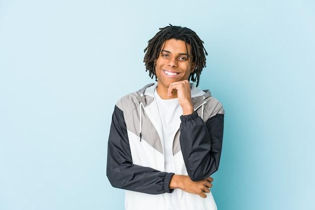 젊은 아프리카 계 미국인 스포츠 남자 행복 하 고 자신감, 손으로 턱을 만지고 웃 고.