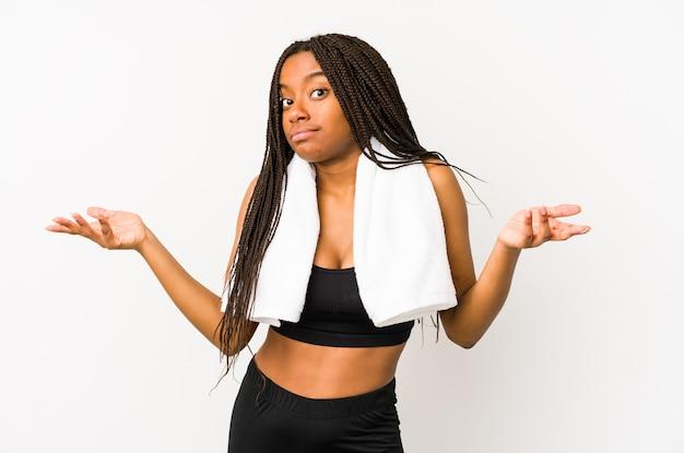 若いアフリカ系アメリカ人のスポーツの女性は、ジェスチャーを疑うことで肩をすくめることを疑って孤立しました。