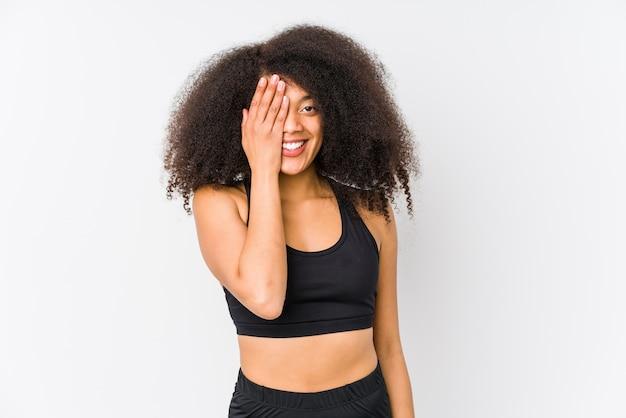 楽しんで若いアフリカ系アメリカ人のスポーティな女性は、手のひらで顔の半分の円錐形をしています。