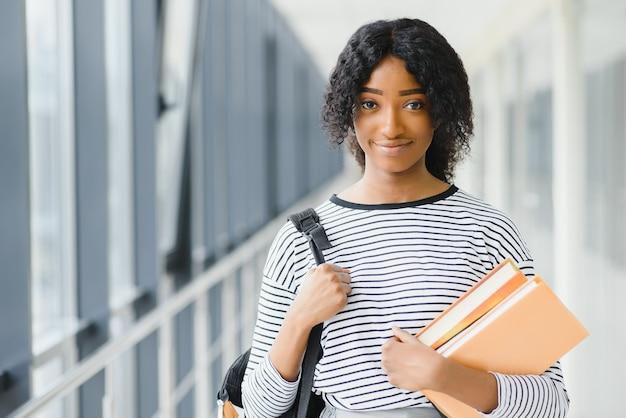 大学の若いアフリカ系アメリカ人学生