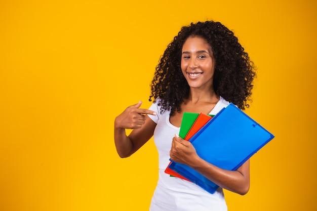 黄色の背景に若いアフリカ系アメリカ人の学生