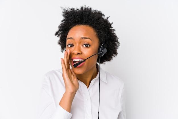 孤立した若いアフリカ系アメリカ人のテレマーケティング女性は秘密のホットブレーキニュースを言って、よそ見