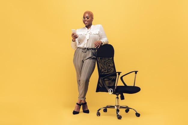 Giovane donna afro-americana in abbigliamento casual. personaggio femminile bodypositive, oltre a imprenditrice di dimensioni
