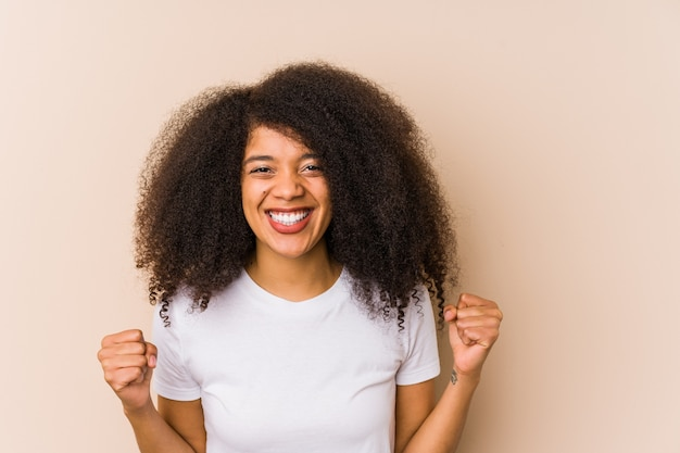 屈託のない、興奮して応援の若いアフリカ系アメリカ人女性。