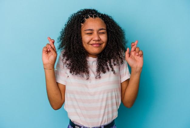 행운을 갖는 젊은 아프리카 계 미국인 여자 횡단 손가락