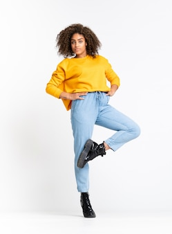 白い壁を越えて踊る若いアフリカ系アメリカ人女性