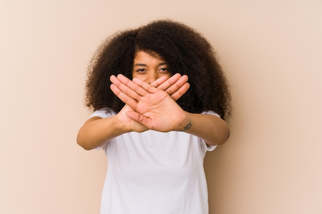 거부 제스처를 하 고 젊은 아프리카 계 미국인 여자