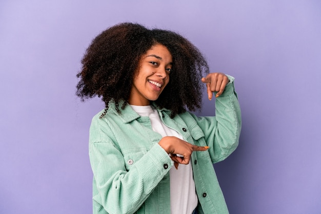 고립 된 감정을 표현하는 젊은 아프리카 계 미국인 여자
