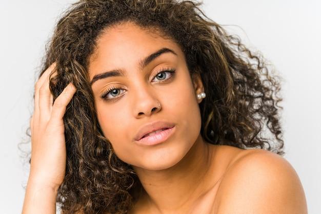 Молодая афро-американская женщина лицо крупным планом