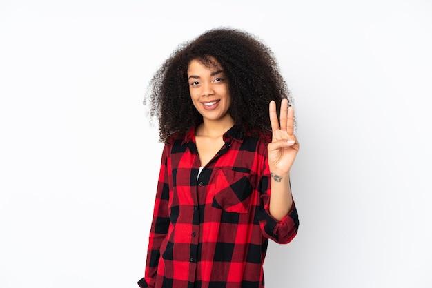 若いアフリカ系アメリカ人女性の幸せと指で3つを数える
