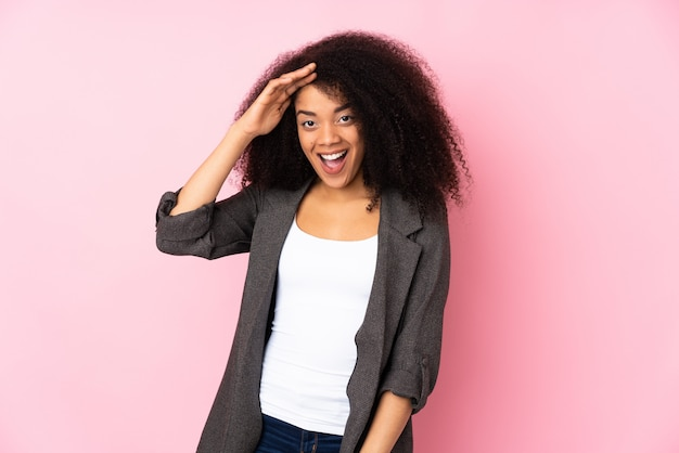 젊은 아프리카 계 미국인 여자 뭔가를 실현 하 고 솔루션을 계획