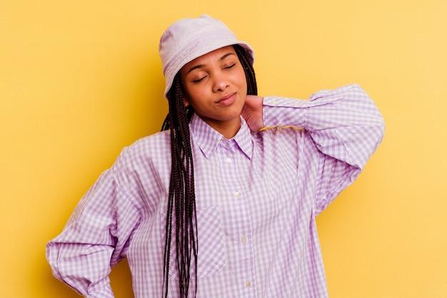ストレスによる首の痛み、マッサージ、手で触れることで首の痛みを抱えている若いアフリカ系アメリカ人女性。
