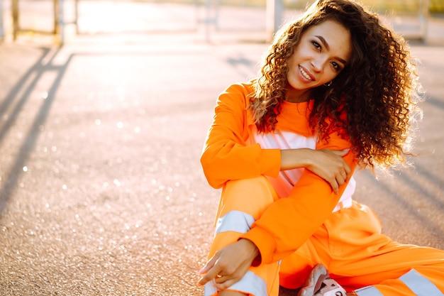 Молодая афро-американская женщина танцует хип-хоп