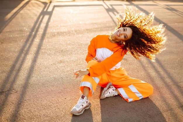 Молодой афро-американский танцор хип-хопа