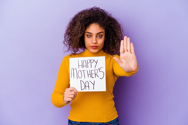 孤立した幸せな母の日のプラカードを保持している若いアフリカ系アメリカ人女性