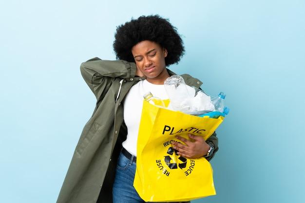 Neckache와 화려한에 고립 된 재활용 가방을 들고 젊은 아프리카 계 미국인 여자