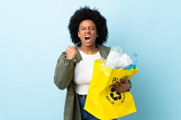 고립 된 재활용 가방을 들고 젊은 아프리카 계 미국인 여자