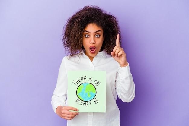 アイデア、インスピレーションの概念を持って孤立した惑星bのプラカードはありませんを保持している若いアフリカ系アメリカ人の女性。