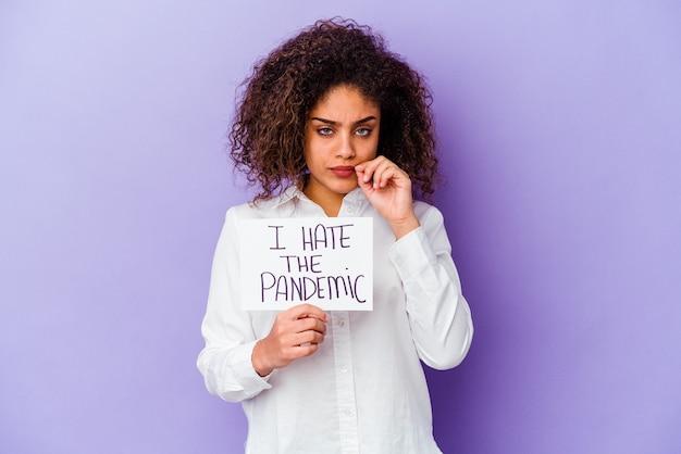 내가 들고 젊은 아프리카 계 미국인 여자는 비밀을 유지하는 입술에 손가락으로 보라색 배경에 고립 된 유행성 현수막을 싫어.
