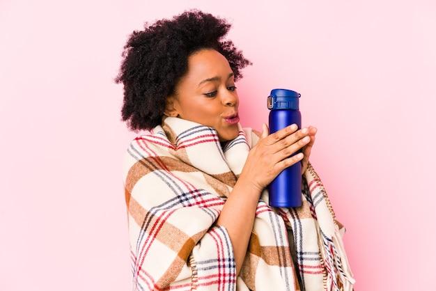 Молодая афро-американская женщина в день кемпинга изолирована
