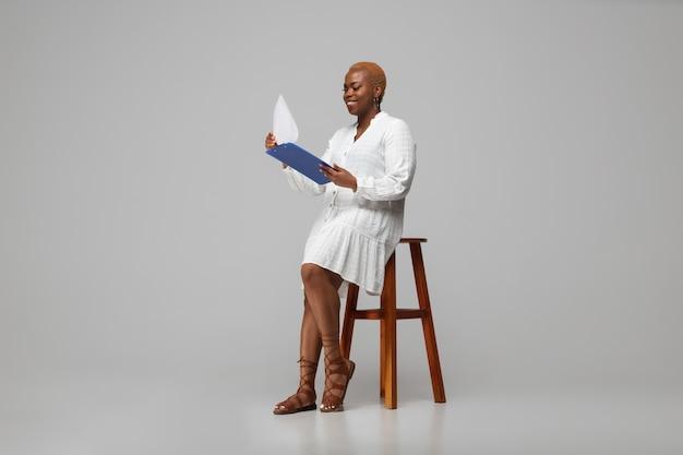 カジュアルな服装の若いアフリカ系アメリカ人女性。 bodypositive女性キャラクター、プラスサイズの実業家