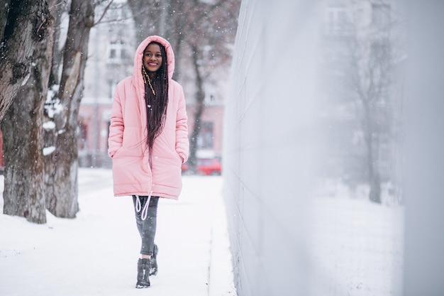 Молодая афро-американская женщина в зиме снаружи в парке