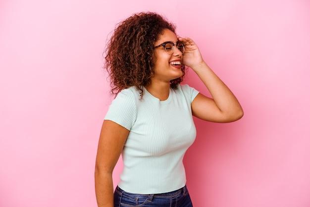 많은 웃고 즐거운 분홍색 배경에 고립 된 젊은 아프리카 계 미국인 여자. 행복 개념.