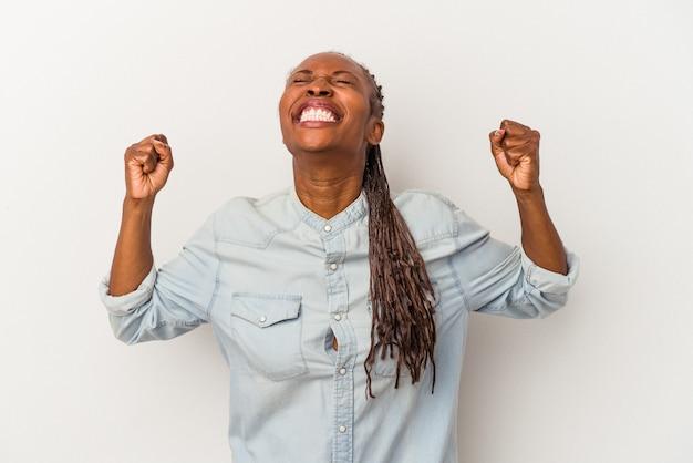 勝利、情熱と熱意、幸せな表現を祝う白い背景で隔離の若いアフリカ系アメリカ人女性。