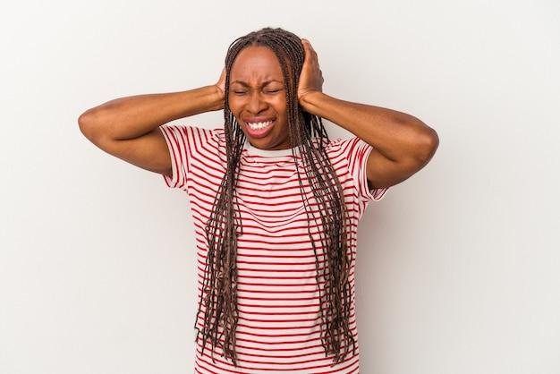 手で耳を覆う白い背景で隔離の若いアフリカ系アメリカ人女性。