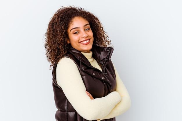 행복 하 고 웃 고 쾌활 한 흰색 배경에 고립 된 젊은 아프리카 계 미국인 여자.