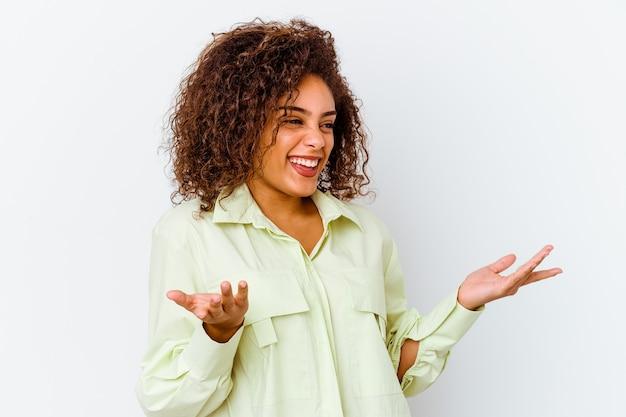 많은 웃고 즐거운 흰색 배경에 고립 된 젊은 아프리카 계 미국인 여자. 행복 개념.