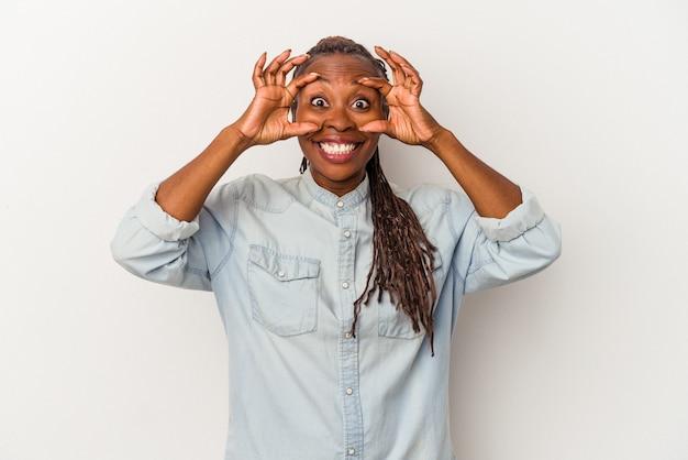 Молодая афро-американская женщина, изолированные на белом фоне, держа глаза открытыми, чтобы найти возможность успеха.